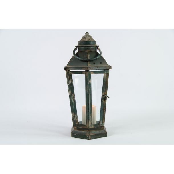 Lanterne af grønmalet metal.